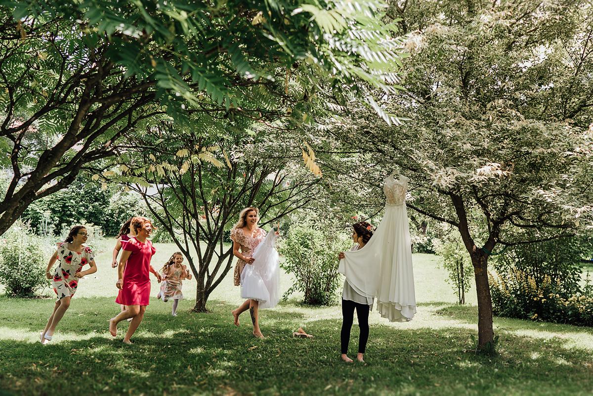 Przygotowania Panny Młodej w ogrodzie | Fotografia ślubna Żywiec