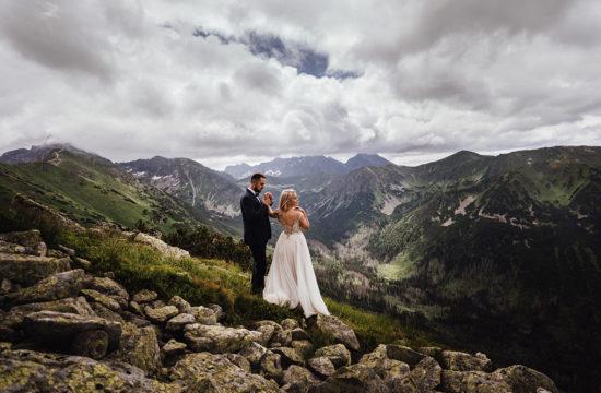 Sesja ślubna na Kasprowym Wierchu; Para Młoda trzymająca się za rękę.